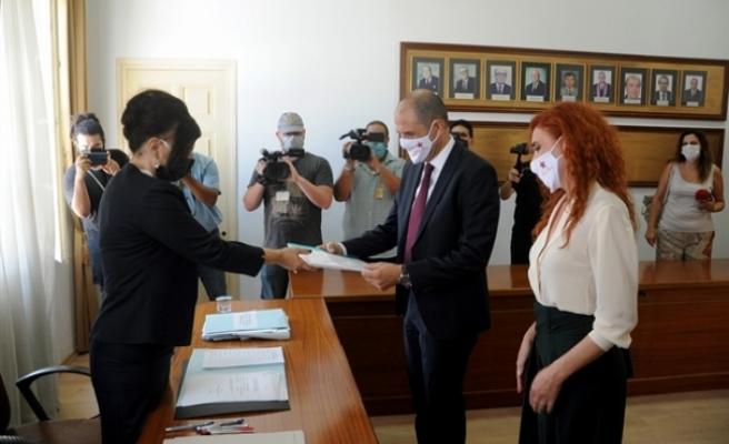 Özersay, Yüksek Seçim Kurulu'na (YSK) adaylık başvurusunu yaptı