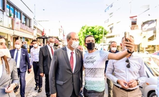 Başbakan Tatar, Girne çarşısını ziyaret ederek, vatandaşlar ve esnafla sohbet etti
