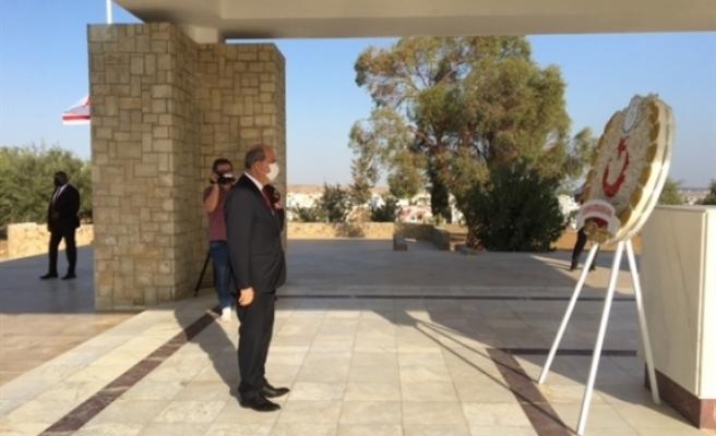 Cumhurbaşkanı Tatar, Dr. Fazıl Küçük'ün Anıt Kabrine çelenk sundu