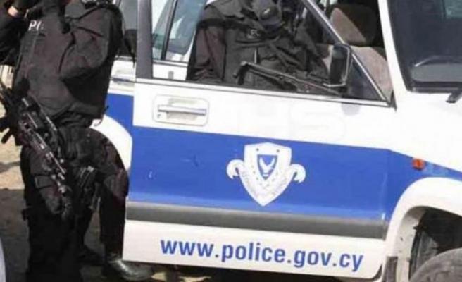 Rum polis memuru uyuşturucu kuryeliğinden tutuklandı