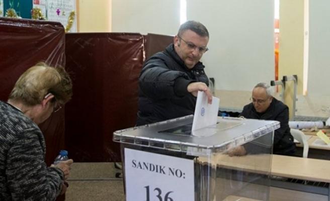 Seçmenler; kimlik kartı, polis kimlik kartı, pasaport veya sürüş ehliyetiyle oy kullanabilecek