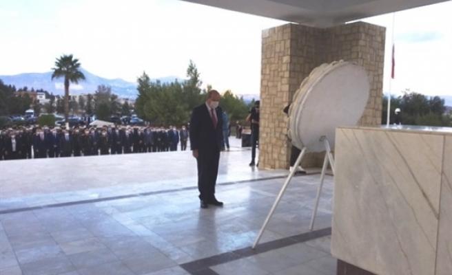 15 Kasım Cumhuriyet Bayramı... Dr. Fazıl Küçük'ün Anıt Mezarı'na çelenk sunuldu