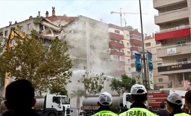 İzmir'de ağır hasarlı binaların yıkımı devam ediyor