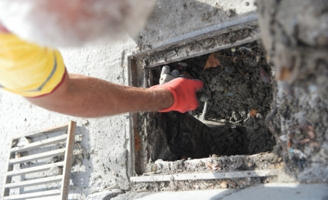 Lefkoşa'da yağmur suyu ızgaraları temizleniyor
