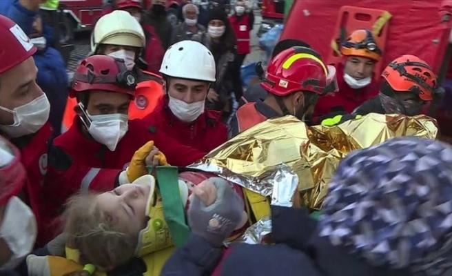 Yaklaşık 65 saat sonra 3 yaşındaki Elif enkazdan yaralı çıkarıldı