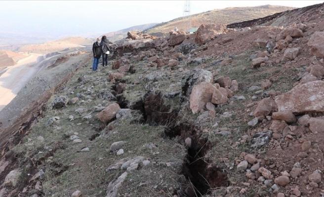 Depremin ardından oluşan derin yarıklar görüntülendi