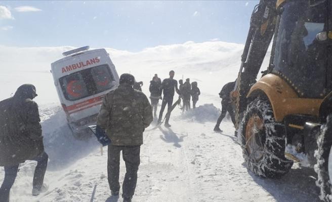 1 aylık bebeğin pansumanı için 6 saat karla mücadele ettiler