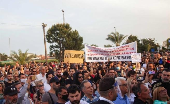 Güney Kıbrıs'ta başlamasına saatler kala kapanma ve aşılama protesto edildi