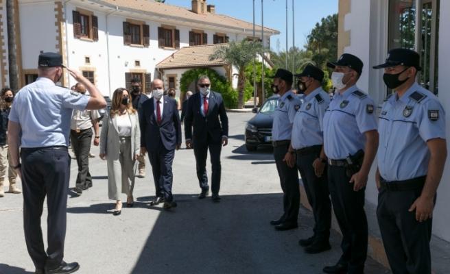 Cumhurbaşkanı Ersin Tatar ve eşi, personel ile bayramlaştı
