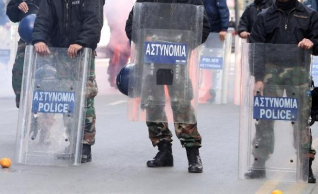 Güney Kıbrıs'ta polis ve itfaiye memurlarından serzeniş