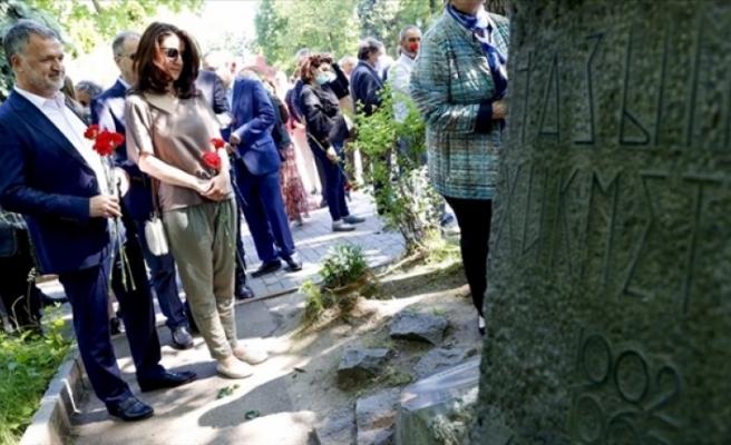 Nazım Hikmet, ölümünün 58. yılında Rusya'nın başkenti Moskova'daki mezarı başında anıldı.