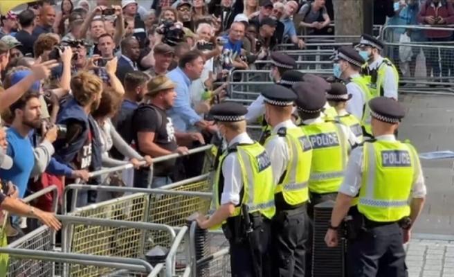 Aşı karşıtlarına polis müdahalesi