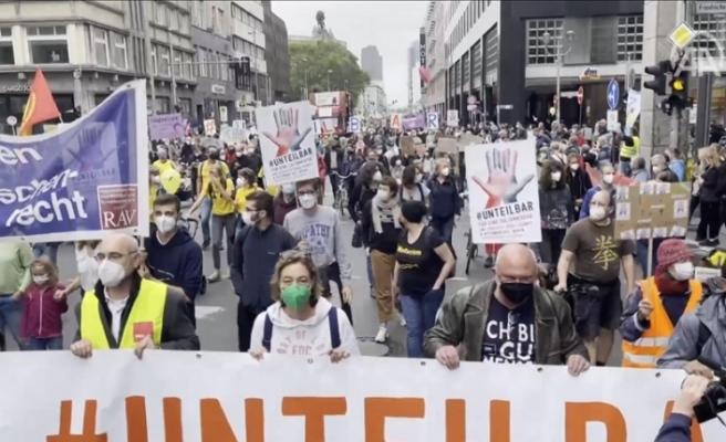 Almanya'da binlerce kişi sosyal adaletsizlik ve ırkçılığı protesto etti