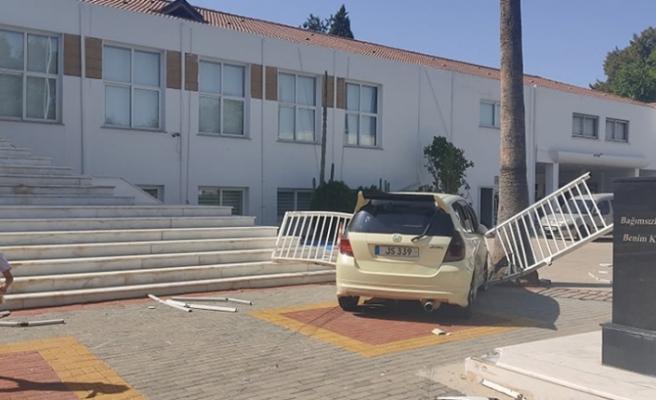 Direksiyon hakimiyetini kaybeden araç Meclis bahçesine girdi