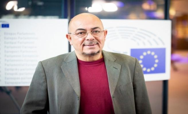 Kızılyürek, İngilizce kitapları konusunu Avrupa Parlamentosu'na taşıyor