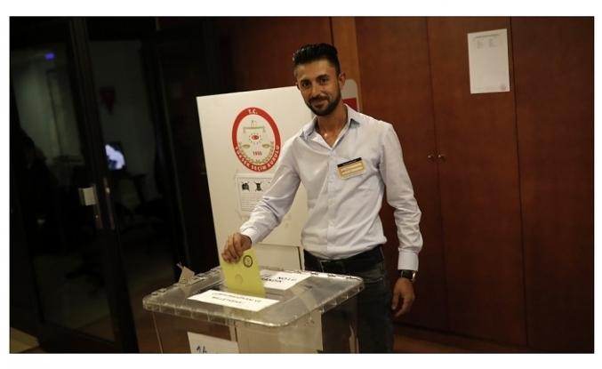 İSPANYA'DAKİ TÜRK SEÇMENLER SANDIK BAŞINDA...