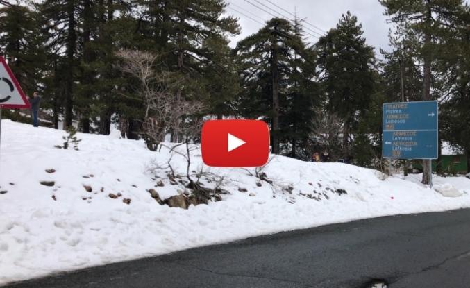 Trodos'ta kar 1 metreye ulaştı
