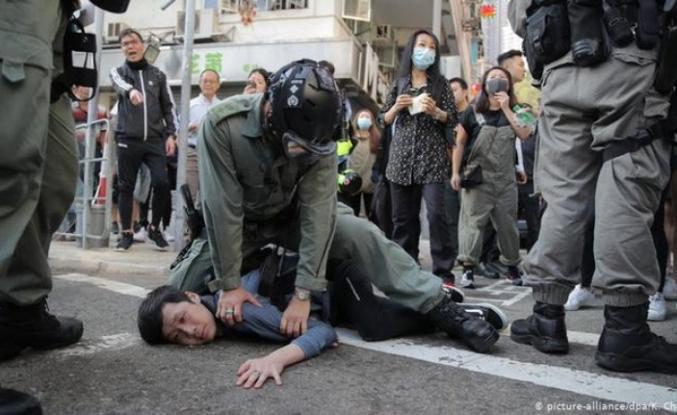 Hong Kong polisi canlı yayında gösterici vurdu