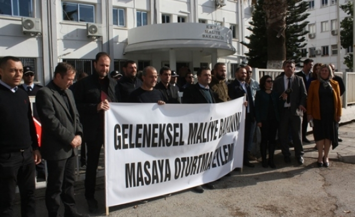 """Kamuda yetkili üç sendika """"Geleneksel Maliye Bakanını masaya oturtma eylemi""""ni düzenledi"""
