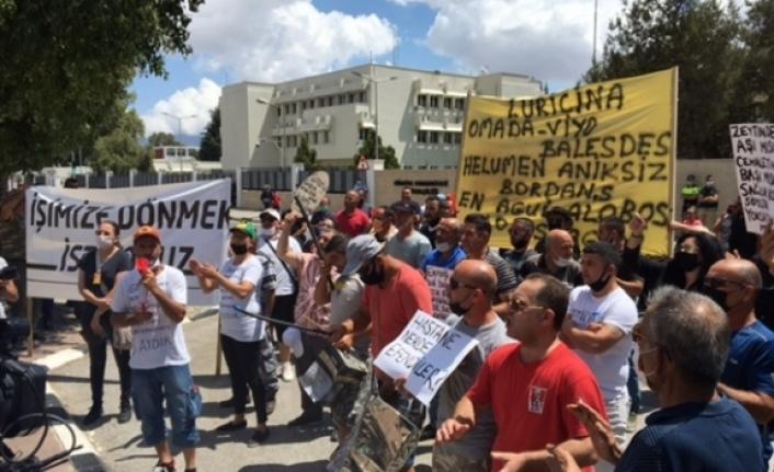 """Güney Kıbrıs'ta çalışanlar kapıların açılması konusunda ısrarlı: """"Direneceğiz"""""""