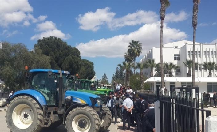 Çiftçiler Başbakanlık önünde